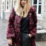 Manteau en fausse fourrure et escarpins scintillants