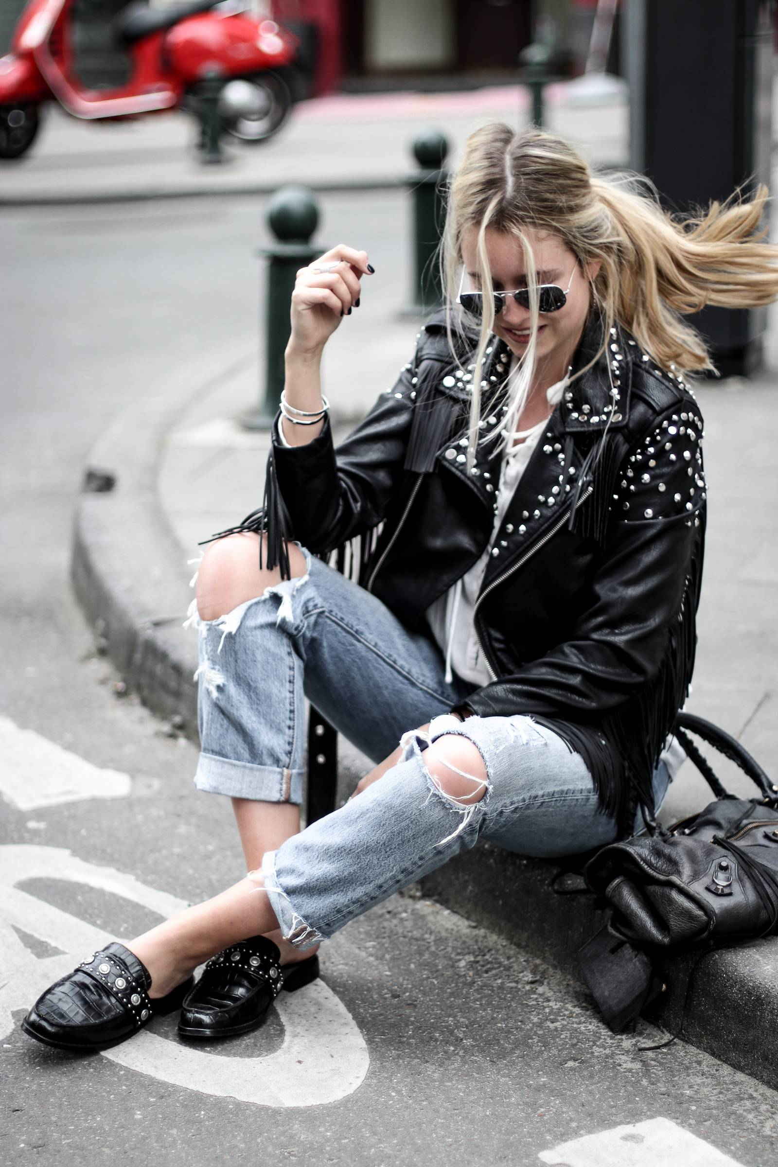 Jeans boyfriend, fringed leather jacket, balenciaga bag, senso shoes